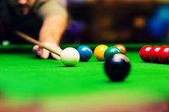 Snooker - man som siktar stickreplikbollen Royaltyfria Foton