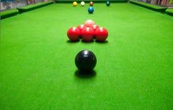Snooker op groene lijst Stock Foto
