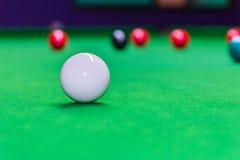 Snooker piłka na snookeru stole obraz stock