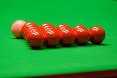 Snooker piłki na zielonym stole zdjęcie stock