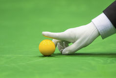 Snooker referee set up ball for new game Royalty Free Stock Photos