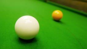 Snooker witte en gele ballen stock foto