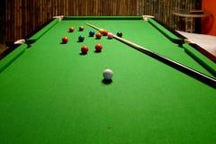 Snooker wskazówka na stole i piłki obraz stock
