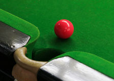 Snookerbälle auf grünem Snookertisch Stockbild