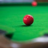 Snookerbälle auf grünem Snookertisch Stockfotos