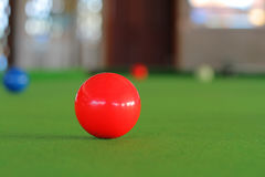 Snookerbal op snookerlijst stock afbeelding