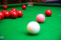 Snookerbal op snookerlijst, Snooker of Poolspel op groene lijst, Internationale sport royalty-vrije stock afbeeldingen
