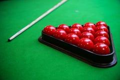 Snookerbal op snookerlijst, Snooker of Poolspel op groene lijst, Internationale sport stock foto