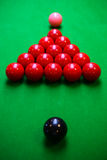 Snookerbal op snookerlijst, Snooker of Poolspel op groene lijst, Internationale sport stock afbeelding