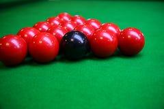 Snookerbal op snookerlijst, Snooker of Poolspel op groene lijst, Internationale sport stock afbeeldingen