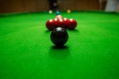 Snookerbal op snookerlijst, spel aangaande lijst, Internationale sport Royalty-vrije Stock Afbeelding