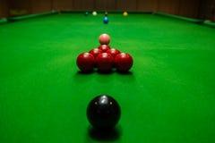 Snookerbal op snookerlijst, spel aangaande lijst, Internationale sport Royalty-vrije Stock Afbeeldingen