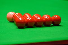 Snookerballen op groene lijst stock foto