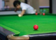 Snookerballen op groene snookerlijst Stock Foto's