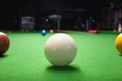 Snookerboll på den gröna yttersidatabellen Royaltyfri Fotografi
