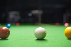 Snookerboll på den gröna yttersidatabellen Arkivfoton
