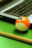 Snookerkugel und -laptop Lizenzfreie Stockfotos