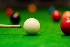 Snookerlek - spelare som siktar stickreplikbollen arkivbild