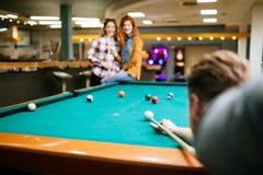 Snookerspelare som siktar på snookertabellen arkivbilder