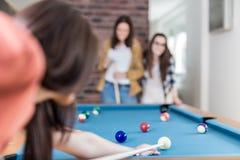 Snookerspelare som siktar p? billiardtabellen royaltyfri bild