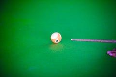 Snookerspelaren, justerar färgsignal Royaltyfri Fotografi