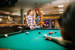 Snookerspeler die naar snookerlijst streven stock foto's