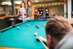 Snookerspeler die naar snookerlijst streven royalty-vrije stock foto's