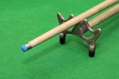 Snookerstichwort mit Rest auf grünem Hintergrund Stockbilder