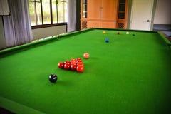 Snookertisch-und Snooker-Bälle auf Tabelle Stockfoto