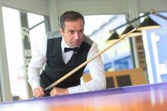 Snookeru gracz kontempluje następnego strzał obrazy stock