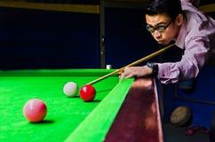 Snookeru gracz umieszcza wskazówki piłkę dla strzału Zdjęcia Stock