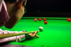 Snookeru gracz umieszcza wskazówki piłkę dla strzału Obrazy Stock