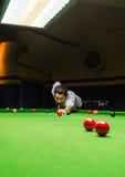 Snookeru gracz umieszcza wskazówki piłkę dla strzału Obraz Royalty Free