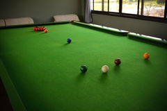 Snookeru stół i snooker piłki na stole Zdjęcia Royalty Free