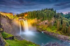 Snoqualmie nedgångar, Washington på skymning royaltyfri bild