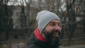 Snor hipster in grijze hoed op de straat stock videobeelden