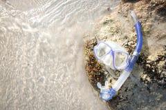 Snorkel buis van het materiaal de snorkelende masker liggend op het overzees van het steenstrand Royalty-vrije Stock Foto