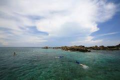 Snorkel duikend dichtbij rotseiland om koraalrif te zien Royalty-vrije Stock Fotografie