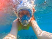 Snorkel dziewczyny podwodny selfie Snorkeling w pełnej twarzy masce Lato aktywność Zdjęcia Stock