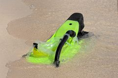 Snorkel and flippers on beach Royalty Free Stock Photos