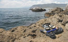 Snorkel i trzepnięcie klapy na kamień plaży zdjęcia stock