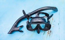 Snorkel masker gezet op de vloer van reizende boot stock foto