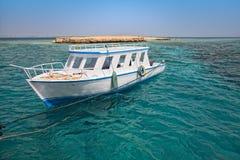 Snorkelende boot dicht bij koraalrif Stock Fotografie