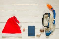 Snorkelende duikuitrusting met Kerstmanhoed en paspoort met Royalty-vrije Stock Foto's
