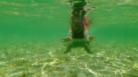 Snorkeler de las aletas debajo del agua en bahía del tiburón