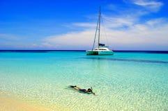 Snorkeler en mer tropicale Image stock