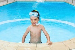Snorkeler feliz del niño en piscina Imagenes de archivo