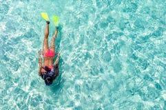 Snorkeler femenino en aguas de la turquesa fotografía de archivo