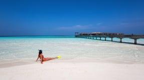 Snorkeler femenino que mira la escena Imágenes de archivo libres de regalías