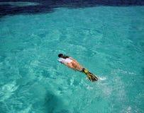Snorkeler femminile che nuota alle scogliere Immagini Stock Libere da Diritti